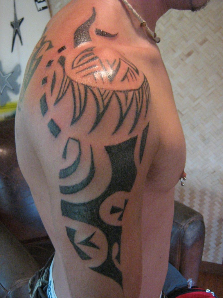 Traditional tattoos tahitian tattoo artist on moorea for Best polynesian tattoo artist
